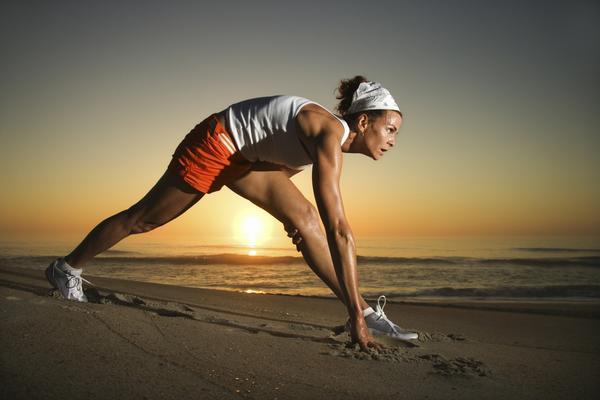 Se préparer avec des étirements des jambes avant la séance de course