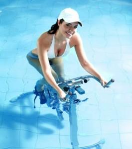Maigrissez des jambes avec l'aquabiking