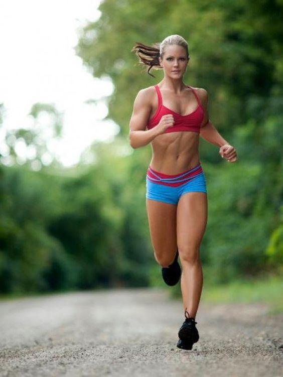Une femme fait un jogging pour maigrir vite