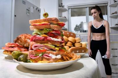 Manger avec excès : une des causes de la boulimie vomitive