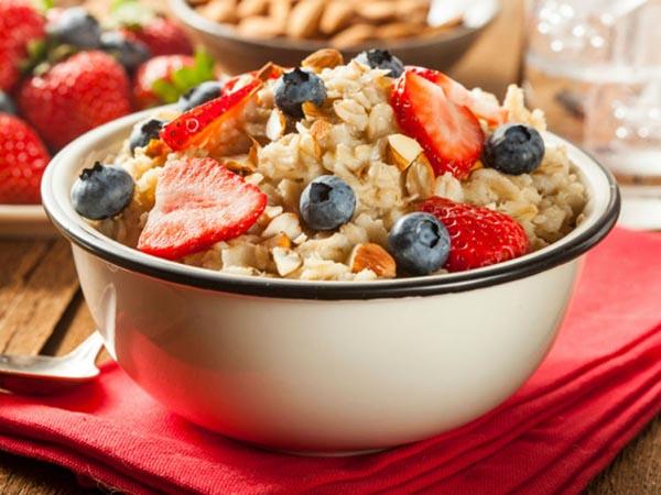 Bol de céréales avec fruits rouges lors d'un régime Special K